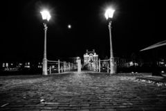生铁在有街道照明和o的港口打造桥梁 库存图片