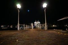 生铁在有街道照明和o的港口打造桥梁 库存照片