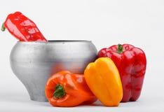 生铁罐和杂色胡椒 免版税库存图片