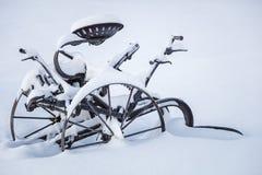 生锈了雪冬天被隔绝的铁犁 免版税库存照片