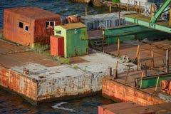 生锈和五颜六色的码头 免版税库存照片