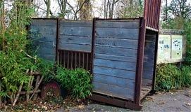 生锈和失去的运输条板箱 免版税库存照片