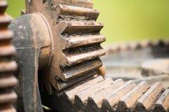 生锈和油腻的水闸齿轮 免版税库存照片