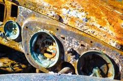 生锈和烧光汽车仪表板细节 免版税库存照片