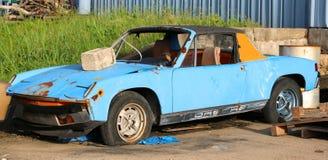 生锈和被放弃的保时捷914 库存照片