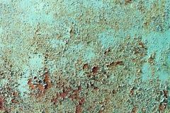 生锈在一根绿色金属板,生锈的背景 免版税库存照片