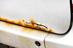 生锈在汽车,打破的汽车,在树干盒盖的腐蚀 免版税库存照片