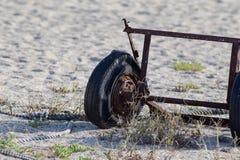生锈在Suma海滩,日本的一个被放弃的轮子 库存照片