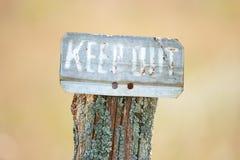 生锈把私有财产标志关在外面 库存照片