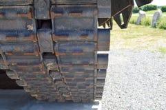 生锈的一个大绿色军事危险俄国叙利亚坦克和底部的铁肮脏的金属重的轨道毛虫 免版税库存图片