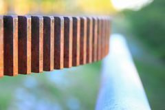 生锈的与浅景深的齿轮齿轮老水阀门精选的焦点 免版税库存照片