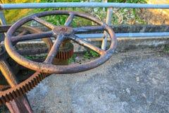 生锈的与浅景深的齿轮齿轮老水阀门精选的焦点 图库摄影