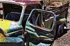 生锈的卡车在沙漠 库存照片