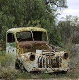 生锈的卡车残破的小山 免版税库存照片