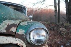 生锈的古色古香的绿色汽车车灯 库存照片