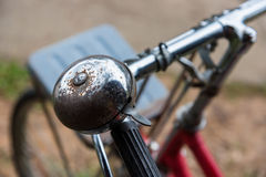 生锈的响铃和把手在一辆老被放弃的自行车 库存照片