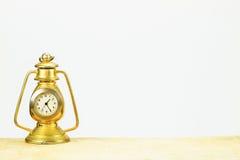 生锈的在白色背景的葡萄酒桌金黄时钟 免版税库存图片