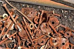 生锈的坚果、螺栓、洗衣机和绳索 库存图片