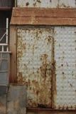 生锈的存贮门详细的纹理 免版税库存图片