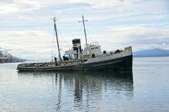 生锈的小船名单在乌斯怀亚港口 免版税库存照片