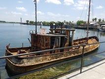 生锈的小船 免版税库存图片