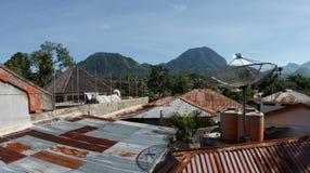 生锈的屋顶和小山在背景 免版税库存图片