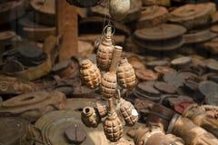 生锈的手榴弹在地雷博物馆-暹粒-柬埔寨 免版税库存图片