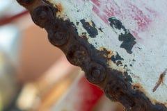 生锈的扣练齿轮和链子接近  库存图片