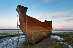 生锈的拖网渔船 免版税库存照片