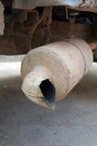 生锈的排气管。 免版税库存照片