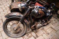 黑生锈的摩托车 免版税库存图片