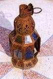 生锈的摩洛哥老灯 库存照片