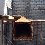 生锈的方形的管子 库存照片