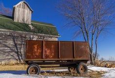 生锈的无盖货车和木谷仓 免版税库存照片
