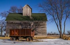 生锈的无盖货车和木谷仓 免版税库存图片
