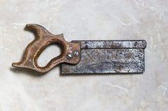 生锈的木头锯 图库摄影