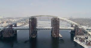 生锈的未完成的桥梁在基辅,乌克兰 联合的汽车和地铁桥梁建设中 股票视频