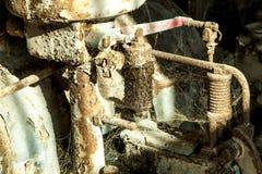 生锈的机器在老腐烂的精炼厂 免版税库存图片