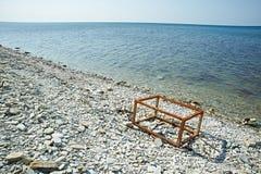 生锈的框架在海滩的一个箱子 免版税图库摄影