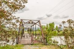 生锈的桥梁的被毁坏的木甲板 免版税图库摄影