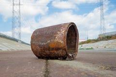生锈的桶在洛杉矶河 免版税库存图片