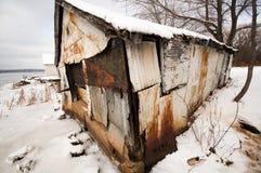 生锈的棚子在冬天 免版税库存图片