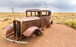 生锈的汽车在亚利桑那的沙漠 库存照片