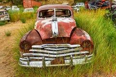 生锈的汽车在垃圾场 库存照片