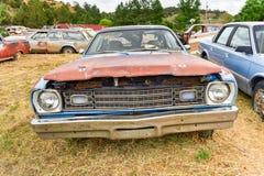 生锈的汽车在垃圾场 免版税图库摄影