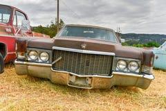 生锈的汽车在垃圾场 免版税库存图片