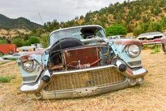 生锈的汽车在垃圾场 免版税库存照片