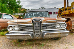 生锈的汽车在垃圾场 库存图片