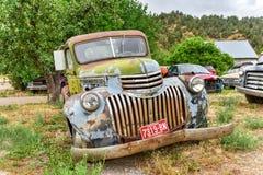 生锈的汽车在垃圾场 图库摄影