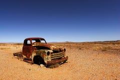 生锈的汽车敞篷在非洲沙漠 免版税图库摄影